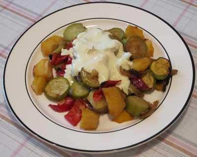 Sült zöldségek fokhagymás szósszal